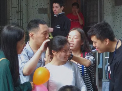 波波帮志愿者整理头发图片