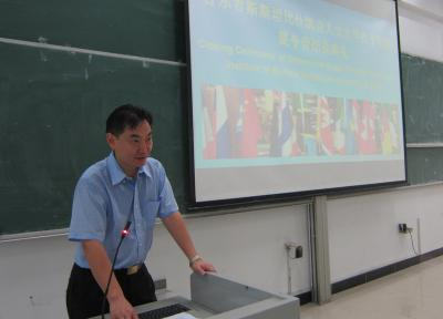 Prof. Hu Yongjian, Deputy dean of SIE is giving closing speech